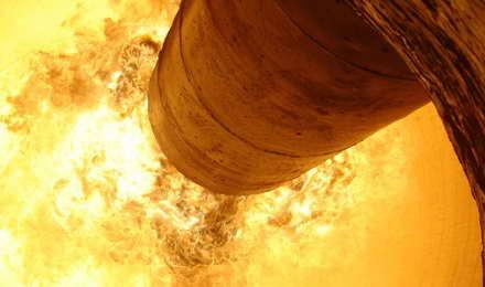 مشعل پیلارد در حال کار در کوره دوار سیمان