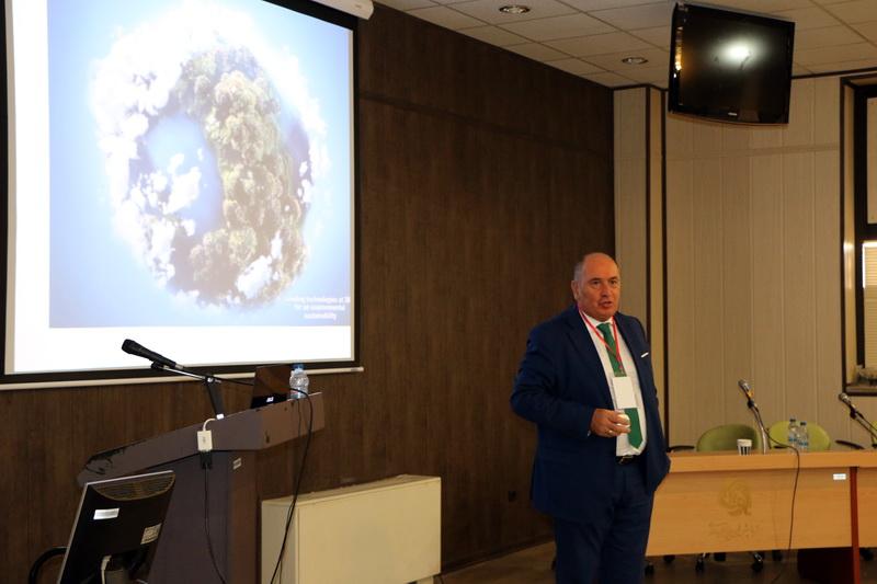 آقای آنتونیو زوکه مدیر فروش شرکت EKOPLANT در حال معرفی تکنولوژی ORC در بازیافت انرژی گرمایی اتلافی (WHR) و تولید برق بدون نیاز به آب